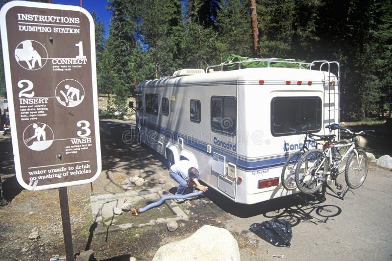 Ένα όχημα αναψυχής πετά τα λύματά του Sequoia στο εθνικό πάρκο, Καλιφόρνια στοκ φωτογραφία με δικαίωμα ελεύθερης χρήσης