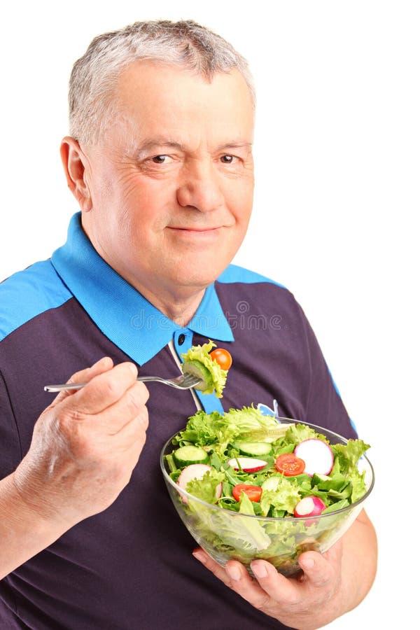 Ένα ώριμο άτομο που τρώει τη σαλάτα στοκ φωτογραφία με δικαίωμα ελεύθερης χρήσης