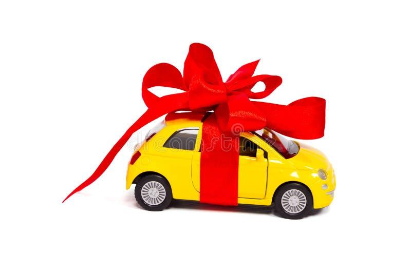 Ένα δώρο. Αυτοκίνητο με ένα κόκκινο τόξο στοκ φωτογραφία με δικαίωμα ελεύθερης χρήσης