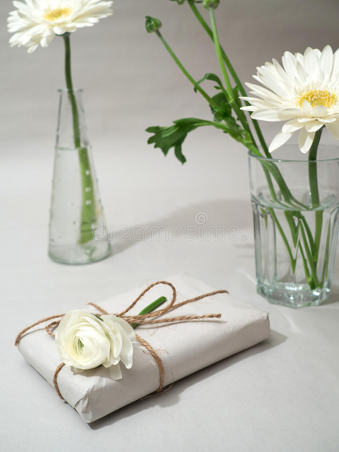 Ένα δώρο με τα λουλούδια στοκ εικόνα με δικαίωμα ελεύθερης χρήσης