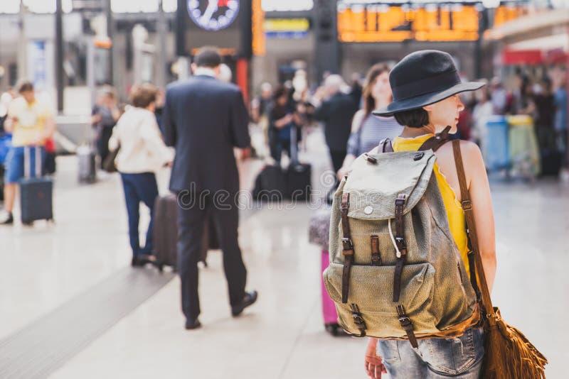 Ένα backpacker που περπατά στο tran σταθμό αναμένει για το τραίνο στοκ φωτογραφία με δικαίωμα ελεύθερης χρήσης