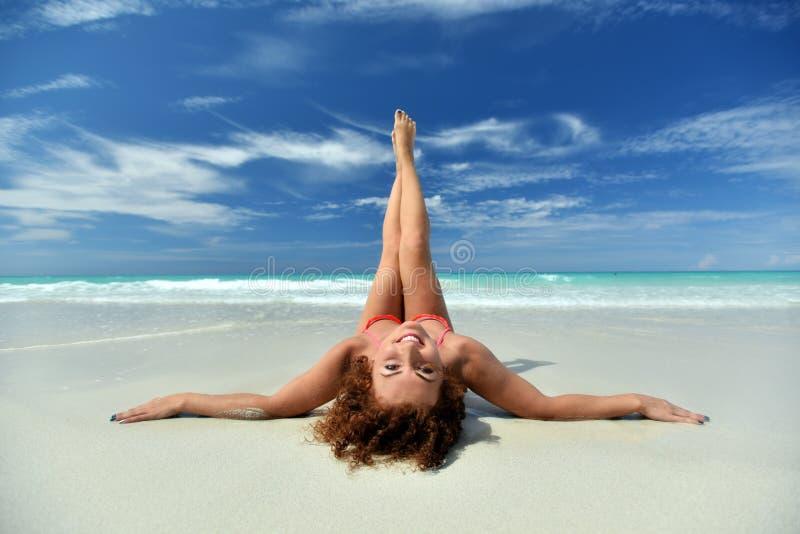 Ένα cruly κορίτσι στην παραλία στοκ φωτογραφία