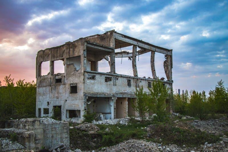 Ένα destroyd που χτίζει το συμπαθητικό ουρανό στοκ εικόνες