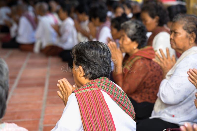 Ένα Giang, Βιετνάμ - 6 Δεκεμβρίου 2016: Βουδιστές Champa στο ναό στην τελετή χειροτονίας που αλλάζουν τους βιετναμέζικους νεαρούς στοκ εικόνες
