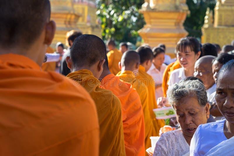 Ένα Giang, Βιετνάμ - 6 Δεκεμβρίου 2016: Ο βουδιστικός μοναχός στο νότο της στάσης του Βιετνάμ στους περιμένοντας ανθρώπους σειρών στοκ εικόνα με δικαίωμα ελεύθερης χρήσης