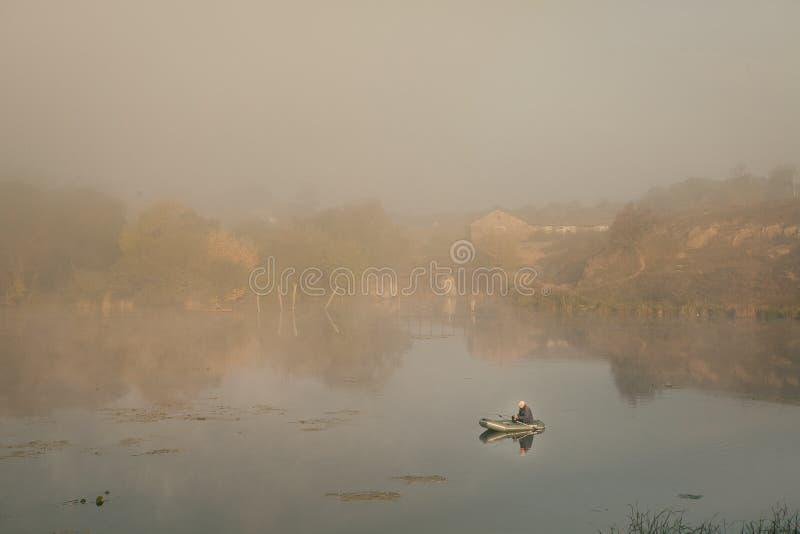 Ένα misty πρωί από τη λίμνη Μικρό αλιευτικό σκάφος στη λίμνη στοκ φωτογραφία με δικαίωμα ελεύθερης χρήσης