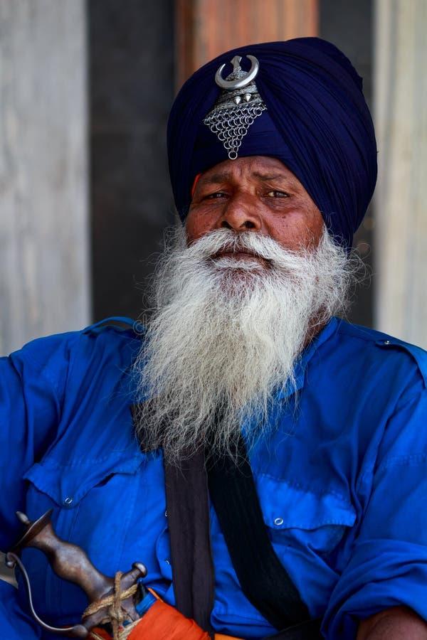 Ένα Nihang Σιχ κάθεται στις εγκαταστάσεις Gurudwara Bangla Sahib, Νέο Δελχί στοκ φωτογραφίες με δικαίωμα ελεύθερης χρήσης
