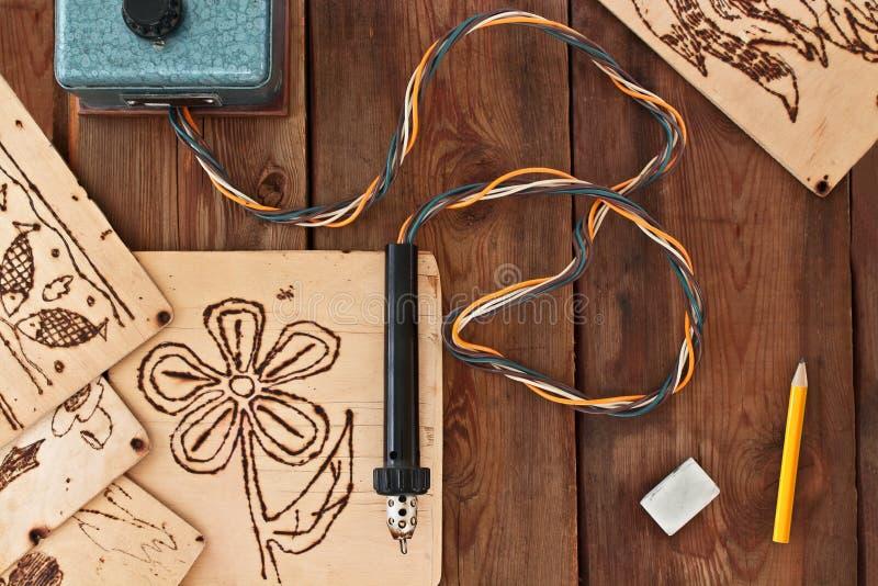 Ένα pyrography εργαλείο και ένα floral πρότυπο στοκ φωτογραφίες με δικαίωμα ελεύθερης χρήσης