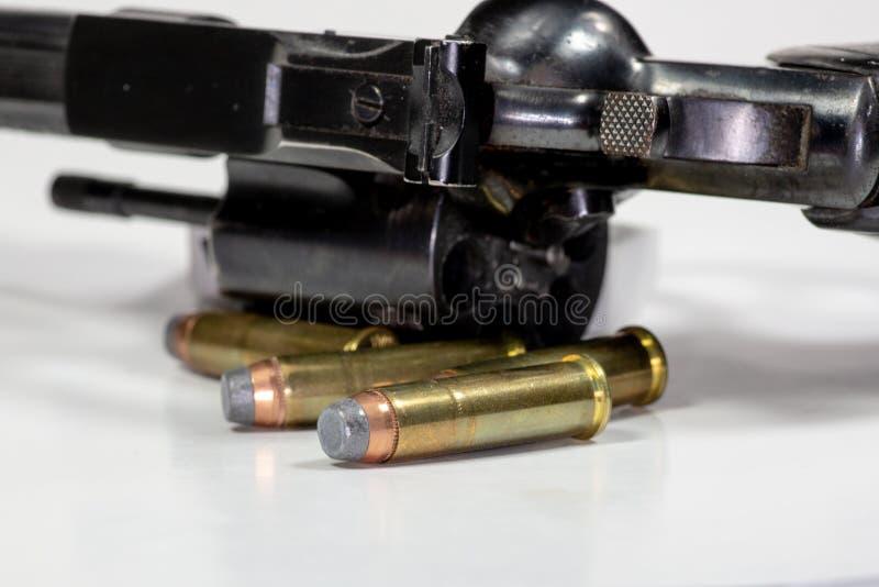 Ένα Ruger 357 περίστροφο φιαλών δύο λίτρων με τις ομοσπονδιακές σφαίρες στοκ φωτογραφία με δικαίωμα ελεύθερης χρήσης