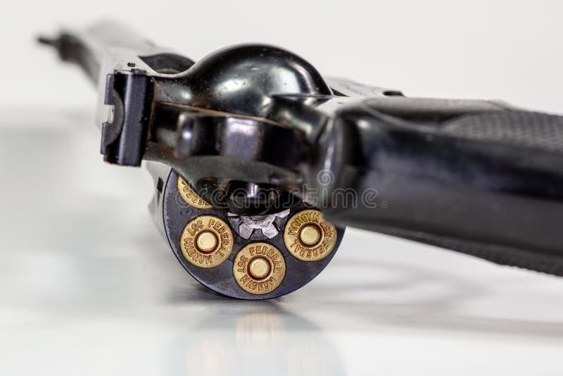 Ένα Ruger 357 περίστροφο φιαλών δύο λίτρων με τις ομοσπονδιακές σφαίρες στοκ εικόνες με δικαίωμα ελεύθερης χρήσης