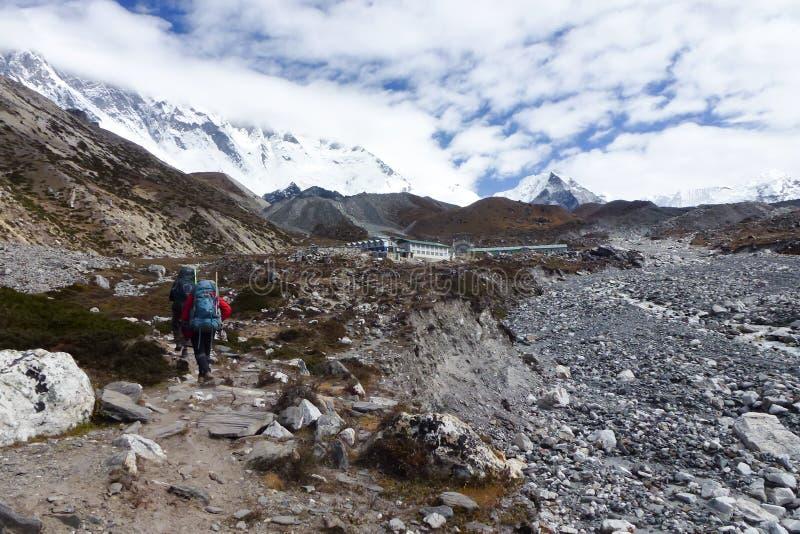 Ένα sherpa στο δρόμο του στην αιχμή νησιών σε Chukkung, οδοιπορικό στρατόπεδων βάσεων Everest, Νεπάλ στοκ εικόνα