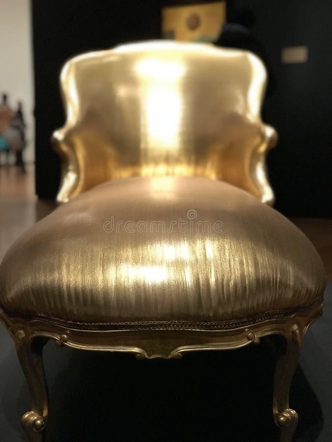 Ένα stunningly όμορφο χρυσό ντιβάνι στηρίζεται στη μέση μιας όμορφης επίδειξης μουσείων στοκ εικόνες