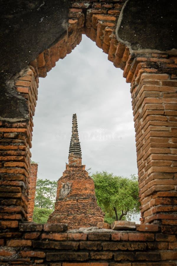 Ένα stupa μέσω του παραθύρου τούβλων στοκ εικόνες