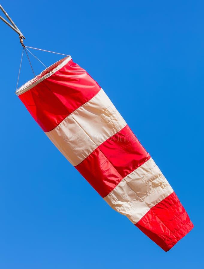 Ένα windsock σε έναν αερολιμένα ενάντια στο μπλε ουρανό στοκ φωτογραφία με δικαίωμα ελεύθερης χρήσης