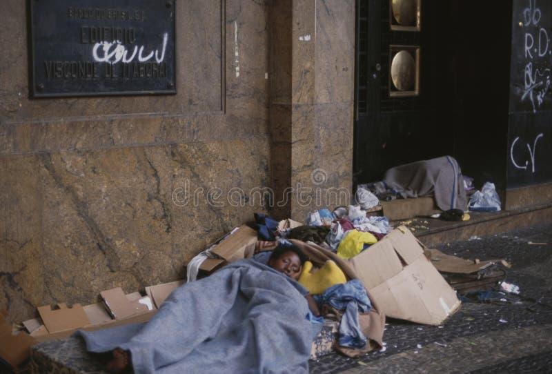 Ένδεια: Ένας άστεγος ύπνος γυναικών στην οδό έξω από ένα γραφείο στο Ρίο ντε Τζανέιρο στοκ εικόνα με δικαίωμα ελεύθερης χρήσης
