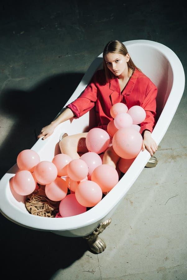 Έννοια έμπνευσης και wellness υγειονομική περίθαλψη και ομορφιά η γυναίκα χαλαρώνει στο λουτρό μπαλόνια κομμάτων στη σκάφη λουτρώ στοκ εικόνες με δικαίωμα ελεύθερης χρήσης