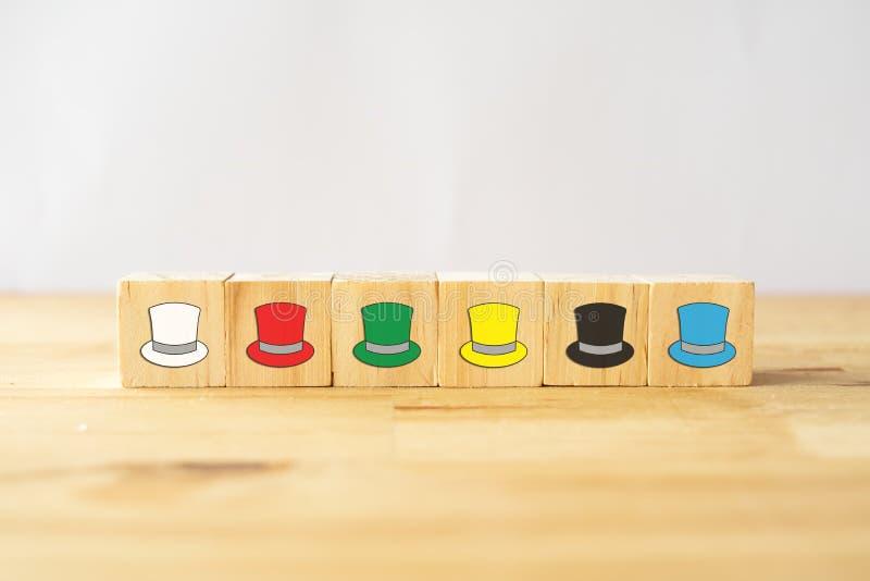 Έννοια έξι καπέλων σκέψης, ο το τρόπος επιτυχίας κάτω από την ανθρώπινη ένδυση για την οποία καπέλο κατά ομιλία, τα καπέλα συμπερ στοκ εικόνες με δικαίωμα ελεύθερης χρήσης