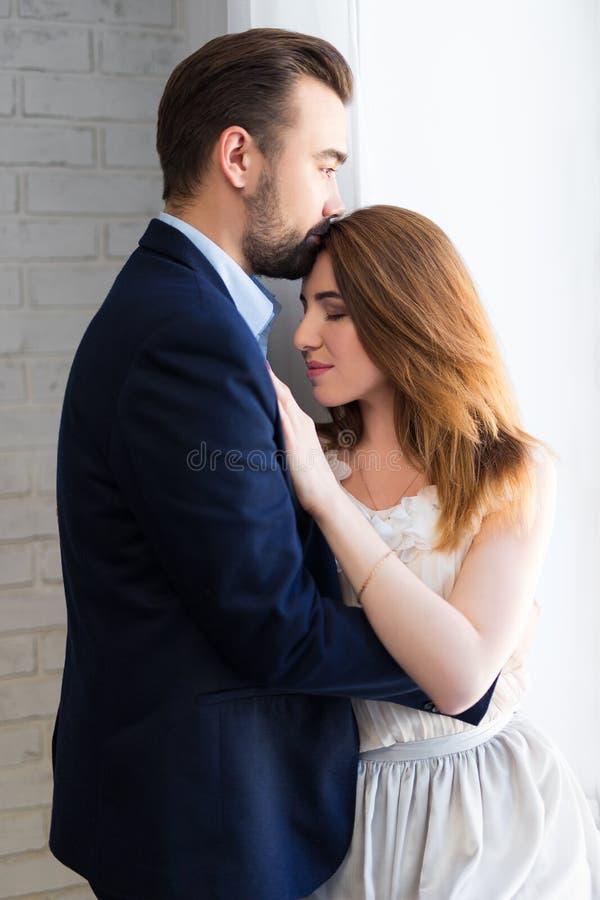 Έννοια αγάπης - νέο όμορφο ζεύγος στο σπίτι στοκ εικόνες με δικαίωμα ελεύθερης χρήσης