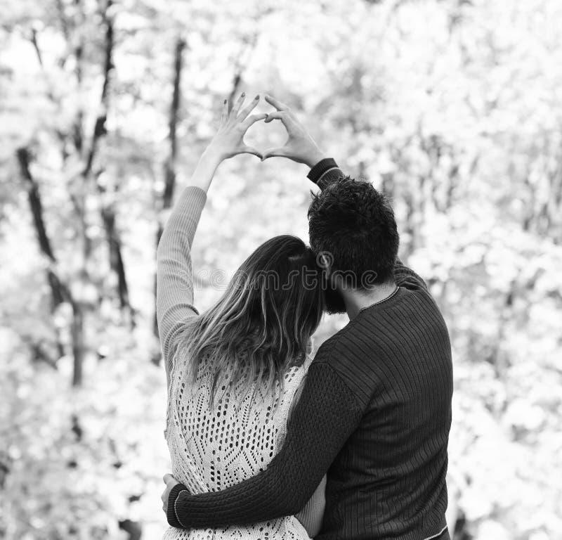 Έννοια αγάπης χρονολόγησης και φθινοπώρου Άνδρας και γυναίκα που γυρίζουν προς τα πίσω στοκ φωτογραφία με δικαίωμα ελεύθερης χρήσης