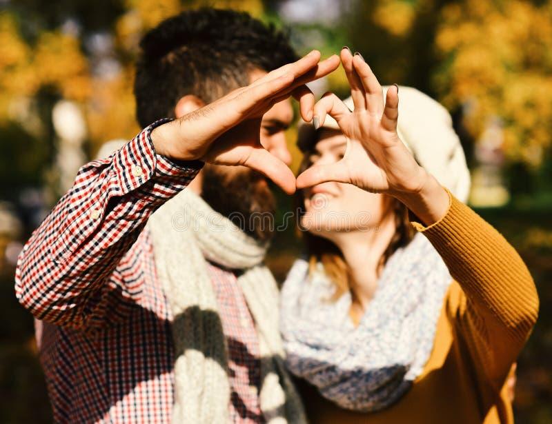 Έννοια αγάπης χρονολόγησης και φθινοπώρου Κορίτσι και γενειοφόροι τύπος ή εραστές κατά μια ημερομηνία στοκ εικόνα με δικαίωμα ελεύθερης χρήσης