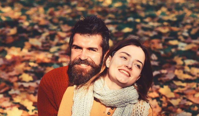 Έννοια αγάπης χρονολόγησης και φθινοπώρου Κορίτσι και γενειοφόρος τύπος στοκ φωτογραφία με δικαίωμα ελεύθερης χρήσης