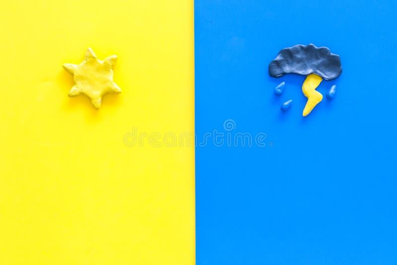 Έννοια αγαθού και άσχημου καιρού Πρότυπο για τον ήλιο πρόβλεψης εναντίον του σύννεφου και lightening με τη βροχή στο κίτρινο και  στοκ εικόνες με δικαίωμα ελεύθερης χρήσης