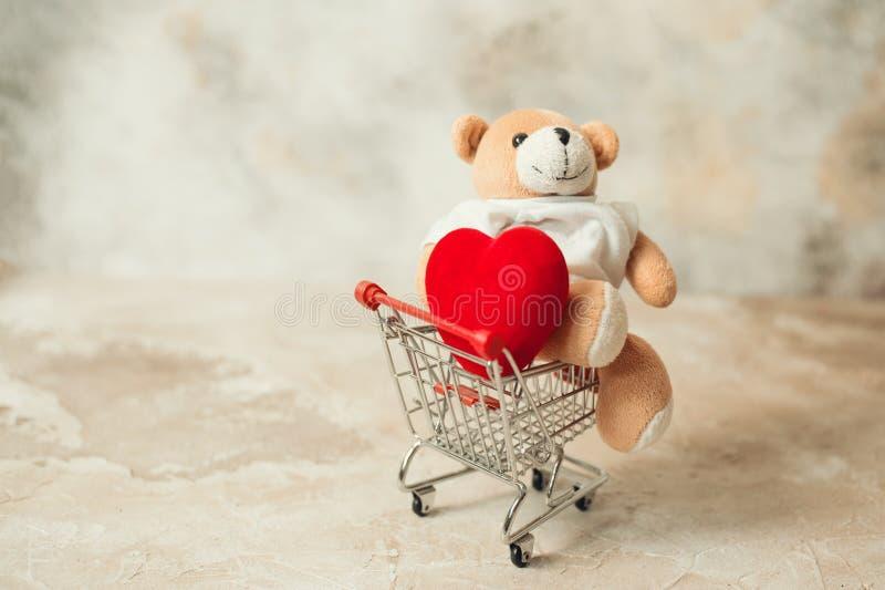 Έννοια αγορών ημέρας βαλεντίνου Άσπρα καρδιά και δώρο με την κόκκινη κορδέλλα στοκ φωτογραφία με δικαίωμα ελεύθερης χρήσης