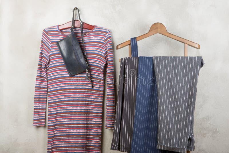 Έννοια αγορών και ύφους - τα ενδύματα βασανίζουν με τα καθιερώνον τη μόδα ριγωτό εσώρουχα και το φόρεμα, την τσάντα στο ξύλινο πά στοκ φωτογραφίες με δικαίωμα ελεύθερης χρήσης