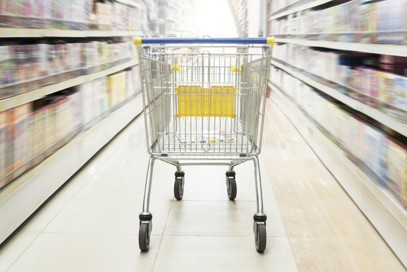 Έννοια αγορών στην υπεραγορά για το γρήγορο καταναλωτικό τρόπο ζωής Κατάστημα παιχνιδιών, βιβλιοπωλείο, οικογένεια και οικιακά αγ στοκ εικόνες