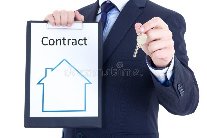 Έννοια ακίνητων περιουσιών - σύμβαση κλειδιών και μισθώματος ή πώλησης στο αρσενικό χέρι στοκ εικόνα με δικαίωμα ελεύθερης χρήσης