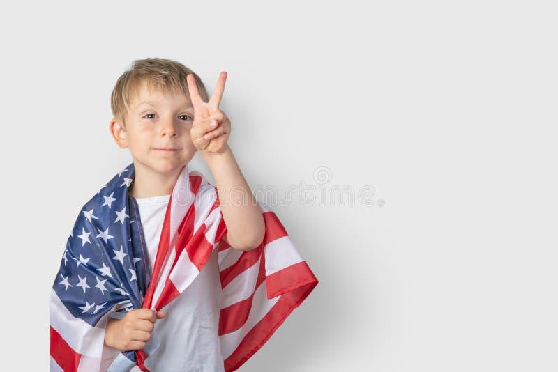 Έννοια ΑΜΕΡΙΚΑΝΙΚΟΥ εθνική εορτασμού - το νέο αγόρι στην ΑΜΕΡΙΚΑΝΙΚΗ σημαία στοκ φωτογραφία με δικαίωμα ελεύθερης χρήσης
