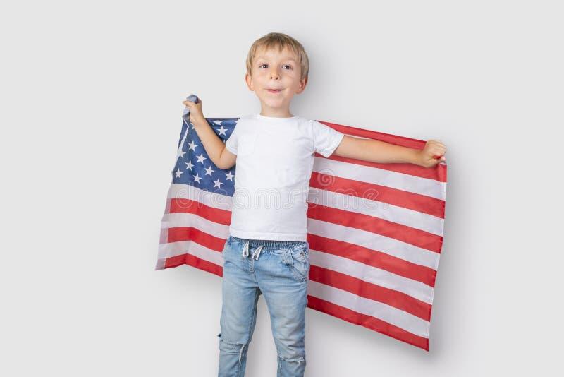 Έννοια ΑΜΕΡΙΚΑΝΙΚΟΥ εθνική εορτασμού - το νέο αγόρι στην ΑΜΕΡΙΚΑΝΙΚΗ σημαία στοκ εικόνα