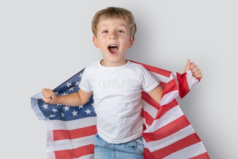 Έννοια ΑΜΕΡΙΚΑΝΙΚΟΥ εθνική εορτασμού - το νέο αγόρι στην ΑΜΕΡΙΚΑΝΙΚΗ σημαία στοκ φωτογραφίες