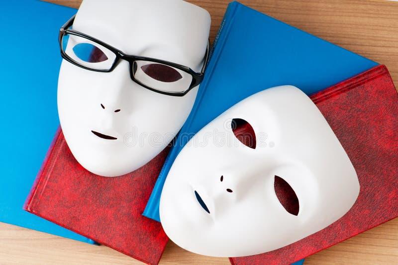Έννοια ανάγνωσης με τις μάσκες, βιβλία στοκ εικόνες