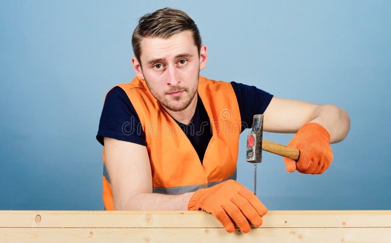 έννοια ανασκόπησης handyman που απομονώνει πέρα από το λευκό Ξυλουργός, woodworker στο ήρεμο καρφί σφυρηλάτησης προσώπου στον ξύλ στοκ φωτογραφία με δικαίωμα ελεύθερης χρήσης