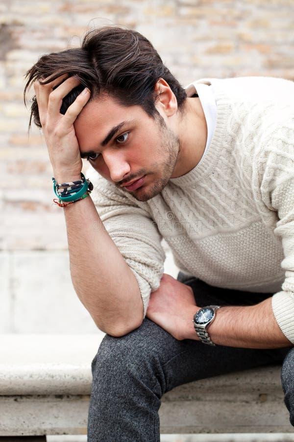 Έννοια ανησυχίας Νεαρός άνδρας με τα προβλήματα, απελπισία στοκ φωτογραφίες με δικαίωμα ελεύθερης χρήσης