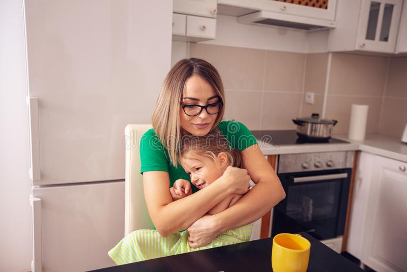 Έννοια ανθρώπων και οικογενειών - χαμογελώντας άγαμη μητέρα και κόρη στοκ εικόνα