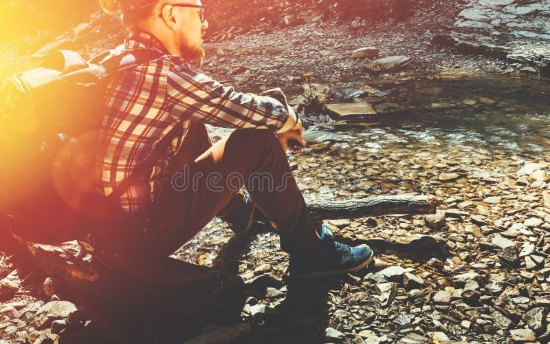 Έννοια ανιχνεύσεων στρατόπεδων ταξιδιού πεζοπορίας Όμορφο ταξιδιωτικό άτομο με την ΤΣΕ στοκ εικόνα με δικαίωμα ελεύθερης χρήσης