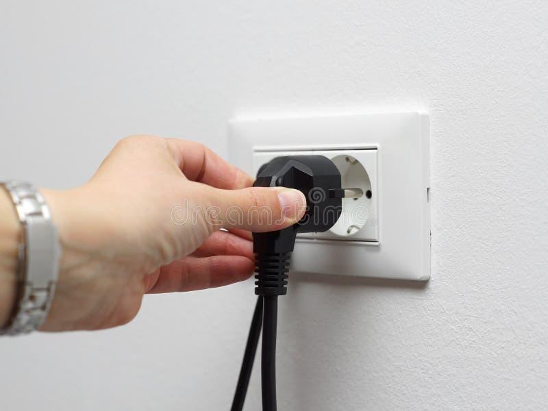 Έννοια αποταμίευσης ηλεκτρικής ενέργειας, αποσυνδεμένο γυναίκα βούλωμα στοκ φωτογραφίες