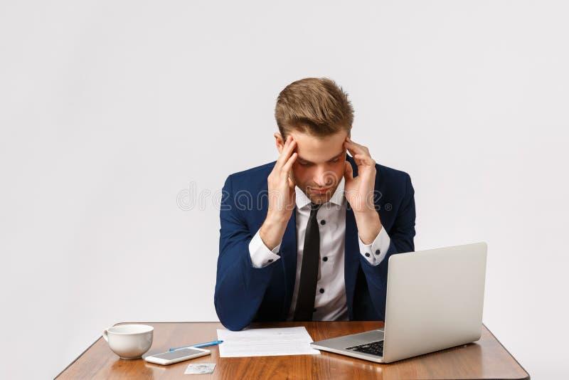 Έννοια αποτυχίας, κόπωσης και κατάθλιψης Άνδρας που έχει κακή μέρα, αισθάνεται απογοητευμένος, χάνει σημαντική υπόθεση στο δικαστ στοκ φωτογραφία
