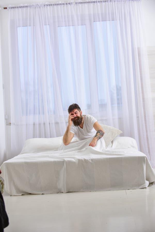 Έννοια απόλυσης Τύπος στο απογοητευμένο επίπονο πρόσωπο που ξυπνά το πρωί Το άτομο στο πουκάμισο κάθεται στην άγρυπνη, άσπρη κουρ στοκ φωτογραφία με δικαίωμα ελεύθερης χρήσης
