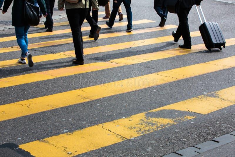 Έννοια αστικής κυκλοφορίας - οδός πόλεων με ένα θολωμένο κίνηση πλήθος στοκ εικόνες