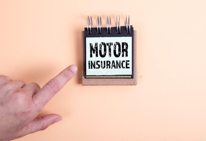Έννοια ασφάλειας μηχανοκίνητων οχημάτων Χέρι και σημειωματάριο γυναίκας στοκ εικόνα