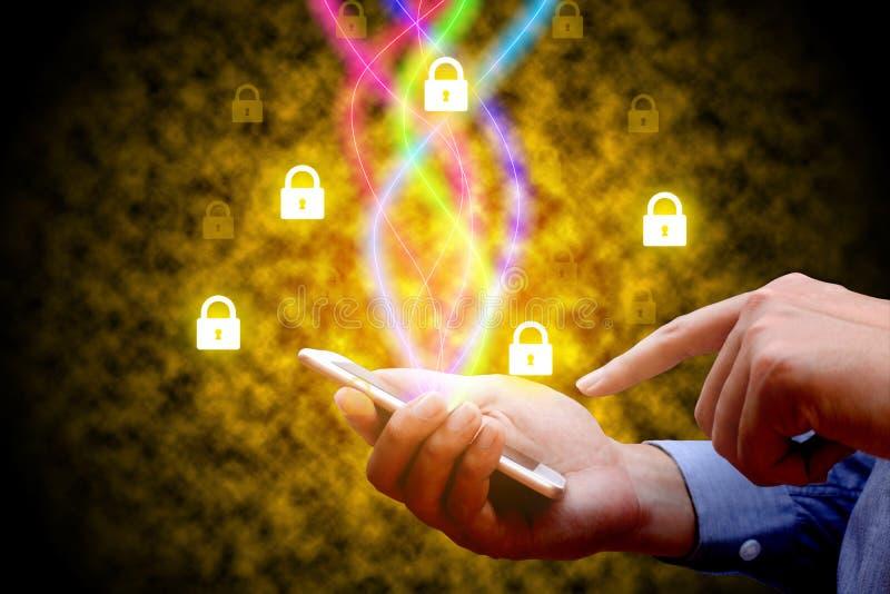 Έννοια ασφάλειας Cyber Επιχειρηματίας που χρησιμοποιεί το smartphone και την ίνα ο στοκ εικόνες