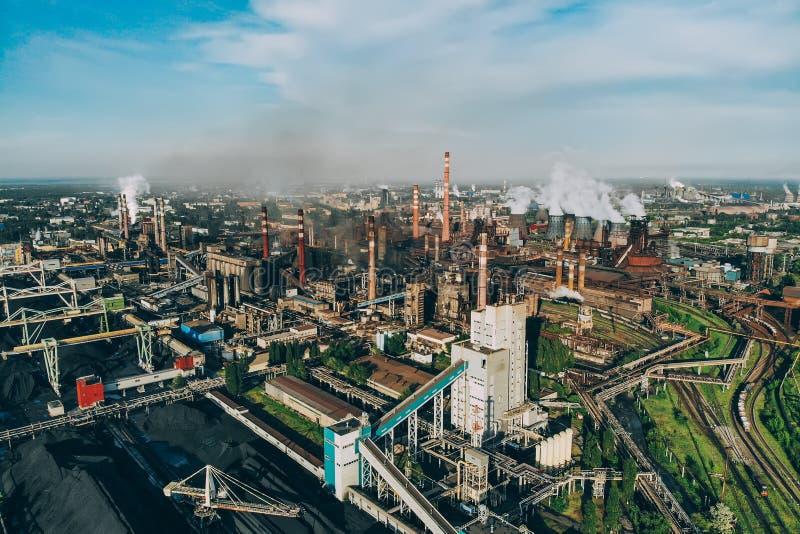 Έννοια ατμοσφαιρικής ρύπανσης Εναέρια άποψη της βιομηχανικής ζώνης με πολλούς σωρούς καπνού με τον καπνό στοκ εικόνα με δικαίωμα ελεύθερης χρήσης
