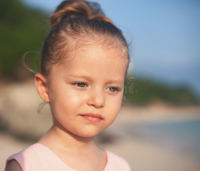 Έννοια, αφηρημένη εικόνα του όμορφου μικρού κοριτσιού στην παραλία στοκ εικόνα