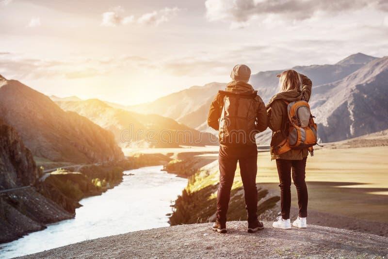 Έννοια βουνών ταξιδιού backpackers ζεύγους στοκ εικόνα