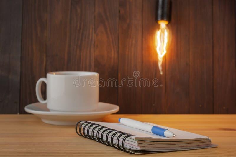 Έννοια βολβών Λειτουργώντας πίνακας Ακίνητη περιουσία έννοιας ιδέα έννοιας νέα Στόχος που θέτει ως υπόμνημα στο σημειωματάριο Ένα στοκ φωτογραφίες