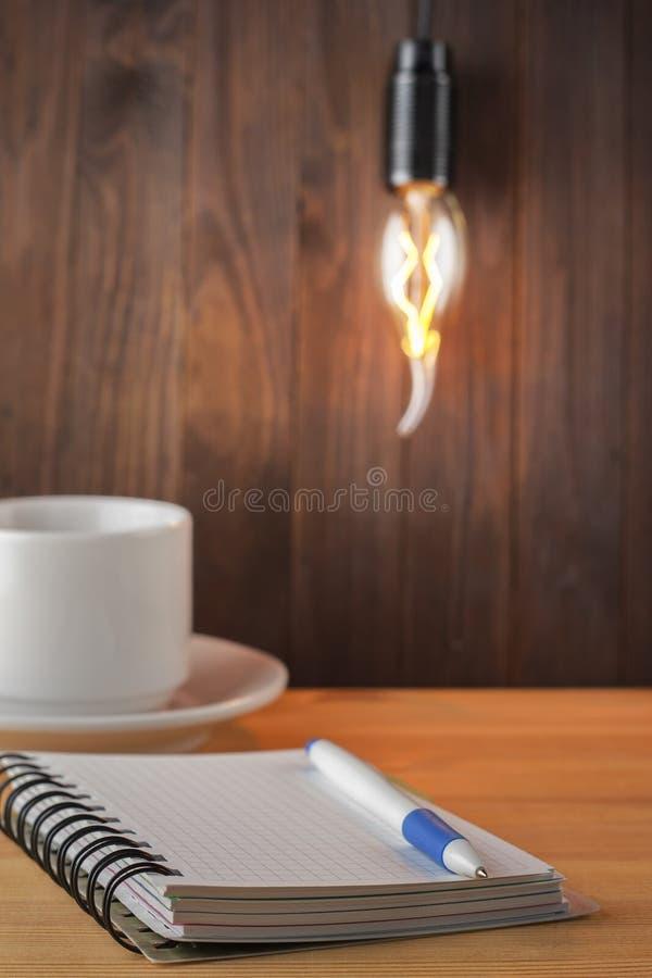 Έννοια βολβών Λειτουργώντας πίνακας Ακίνητη περιουσία έννοιας ιδέα έννοιας νέα Στόχος που θέτει ως υπόμνημα στο σημειωματάριο Ένα στοκ φωτογραφίες με δικαίωμα ελεύθερης χρήσης