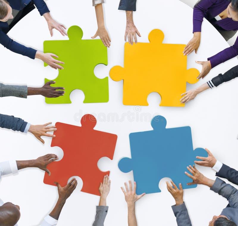 Έννοια γρίφων τορνευτικών πριονιών ενότητας συνεδρίασης της επιχειρησιακής ομάδας ομαδικής εργασίας στοκ εικόνα